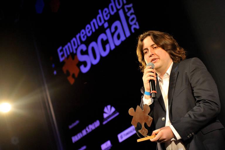 Ralf Toenjes, fundador da Renovatio e da VerBem, recebe o troféu do Prêmio Empreendedor Social de Futuro