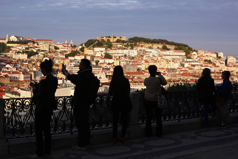 Turistas fotografam o centro de Lisboa