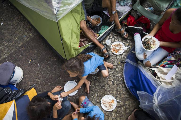 Moradores sem-teto acampados no largo do Paissandu, no centro paulistano