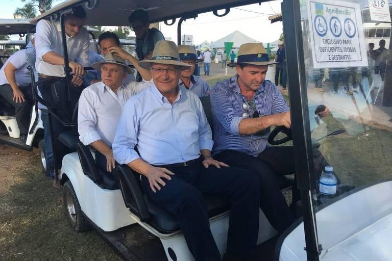 Pré-candidato do PSDB à Presidência, Geraldo Alckmin, passeia pela Feira AgroBrasília, no entorno da capital federal, em carrinho para deficientes, idosos e gestantes