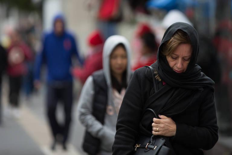 Paulistanos caminham agasalhados pela av. Bernardino de Campos em manhã fria em São Paulo