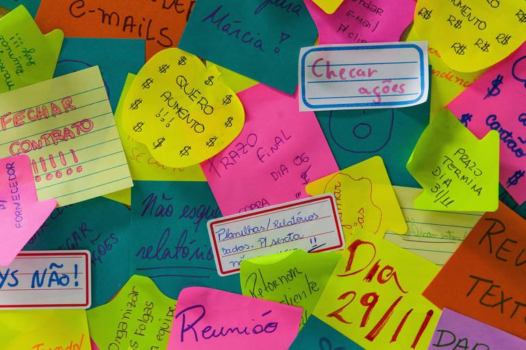 Um amontoado de post-its contendo diversas tarefas a realizar e desejos