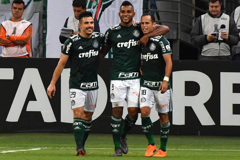 Borja comemora com Willian e Guerra um de seus três gols na vitória palmeirense