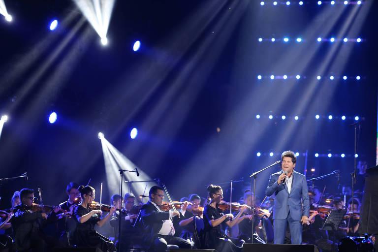 O cantor Daniel canta em um palco com uma orquestra no Santuário de Nossa Senhora Aparecida