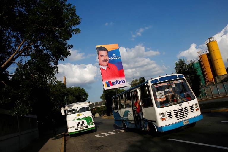 Ônibus em rua da capital venezuelana, Caracas