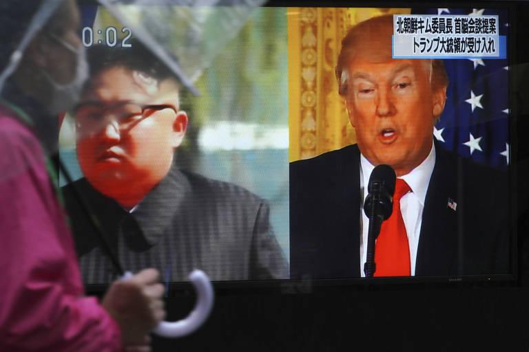 Televisão mostra imagem do ditador norte-coreano, Kim Jong-un (à esquerda), e do presidente americano, Donald Trump