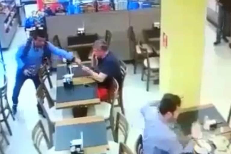 Ladrão pega celular de cliente durante roubo a padaria no Morumbi, em São Paulo