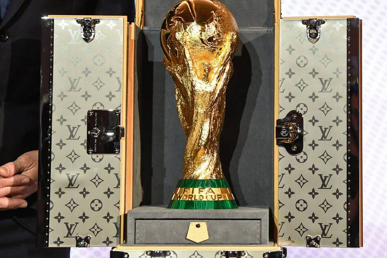Taça da Copa 2018 em mala da Louis Vuitton
