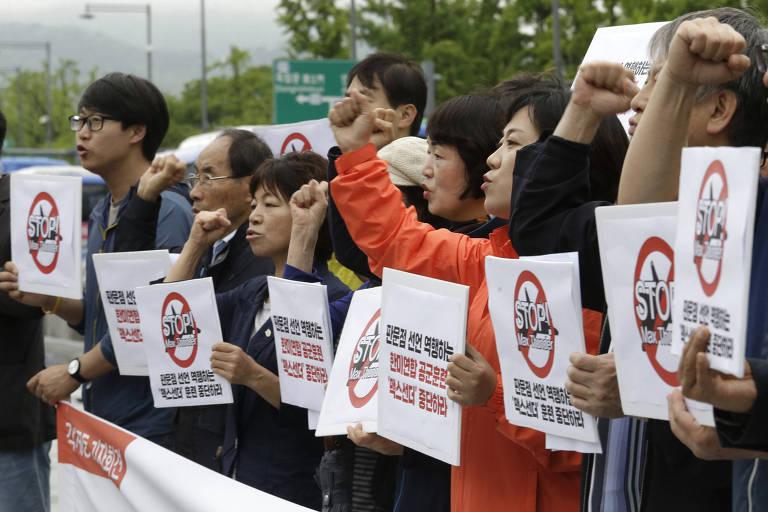Sul-coreanos protestam em Seul contra os exercícios militares Max Thunder, feitos em conjunto por EUA e Coreia do Sul