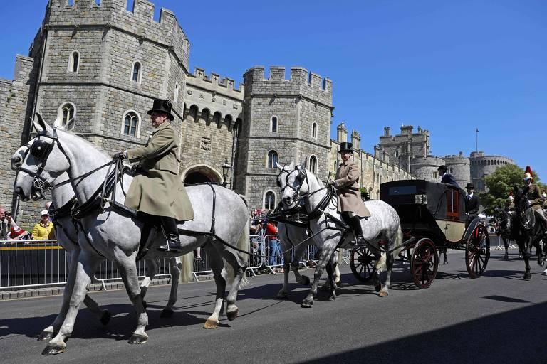 A carroagem do modelo Ascot Landau, na qual os noivos farão um passeio pela cidade após o casamento, puxada pelos cavalos de Windsor durante o ensaio do casamento real