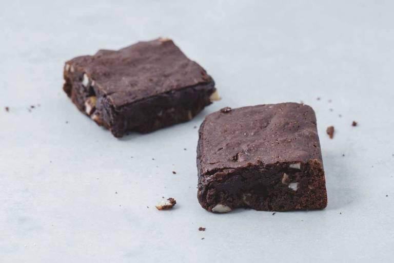 O brownie é um bolo úmido, que inclui chocolate derretido na receita