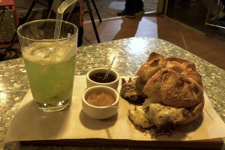 Drinque Brasileirinho e sanduíche de pernil do bar Bacurim