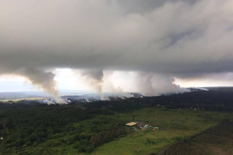 Pluma vulcânica liberada por fissuras do vulcão Kilauea, no Havaí