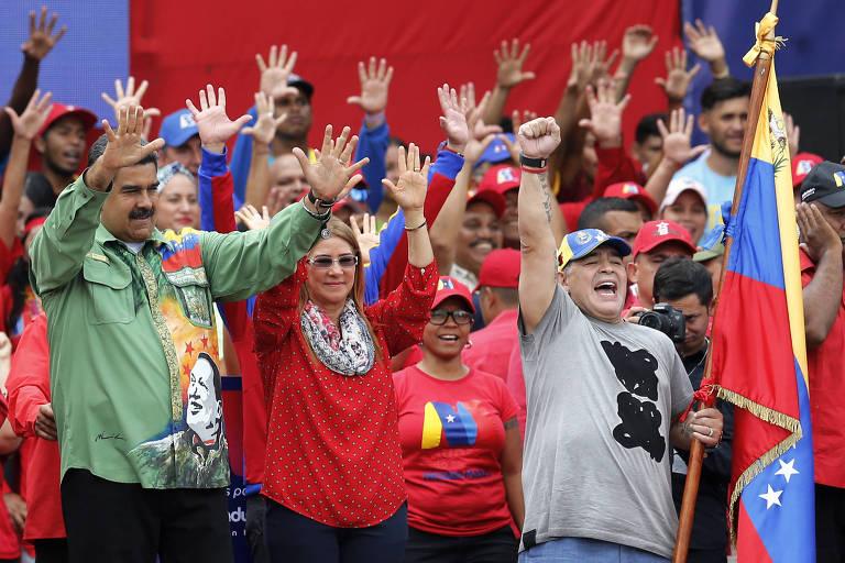 O ditador venezuelano, Nicolás Maduro (à esq.), e o craque argentino Diego Maradona (segurando a bandeira venezuelana)  no último comício da campanha