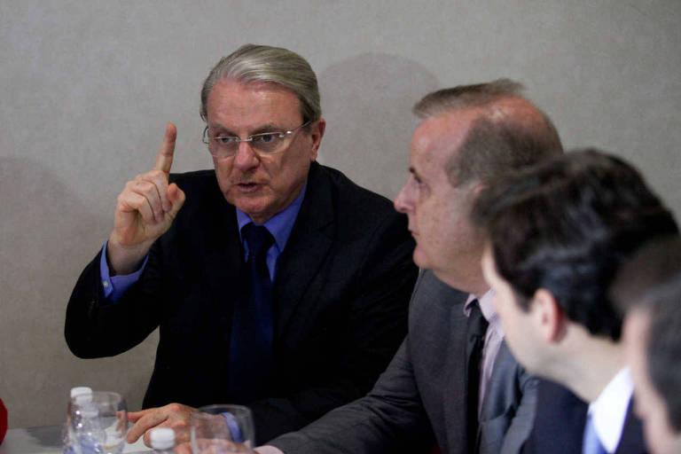 Márcio Lacerda, ex-prefeito de Belo Horizonte, de dedo em riste em uma reunião