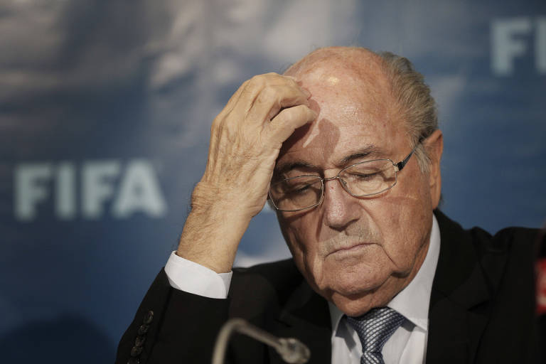 Joseph Blatter, ex-presidente da Fifa, banido do futebol por envolvimento em escândalo de corrupção na entidade
