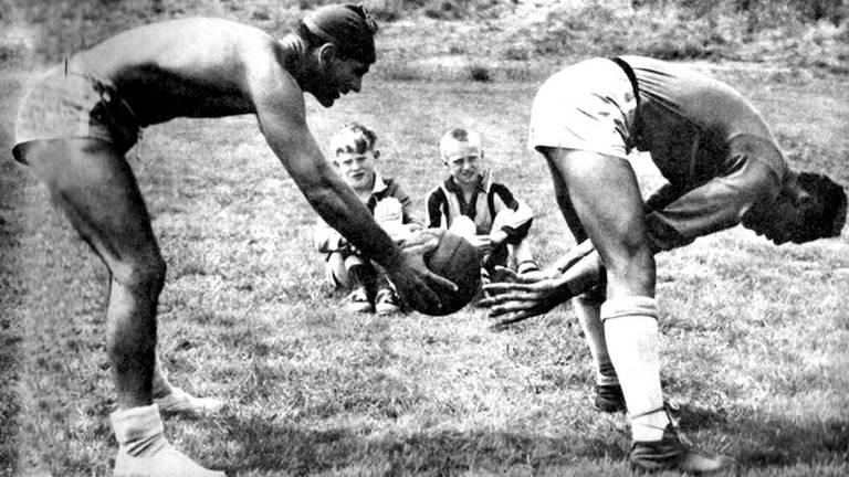 O preparador físico Paulo Amaral treina o goleiro Gylmar dos Santos Neves durante a Copa de 1958