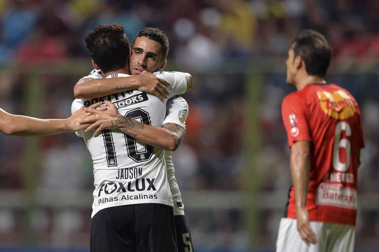Jadson abraça Gabriel após marcar gol contra o Deportivo Lara