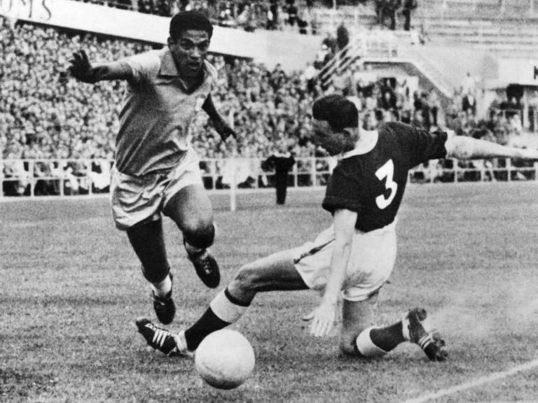 Garrincha (esq.), da seleção brasileira, em partida contra País de Gales na Copa do Mundo de 1958
