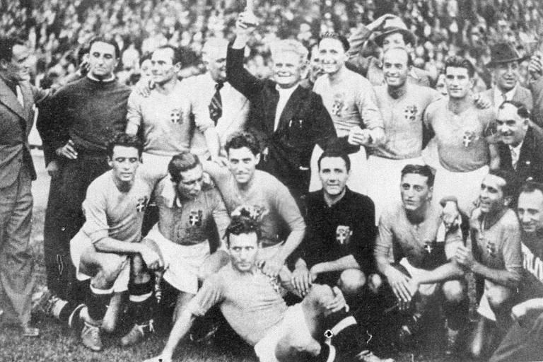 Seleção italiana, que jogava no 2-3-5, posa para a foto do título mundial de 1938, conquistado na França