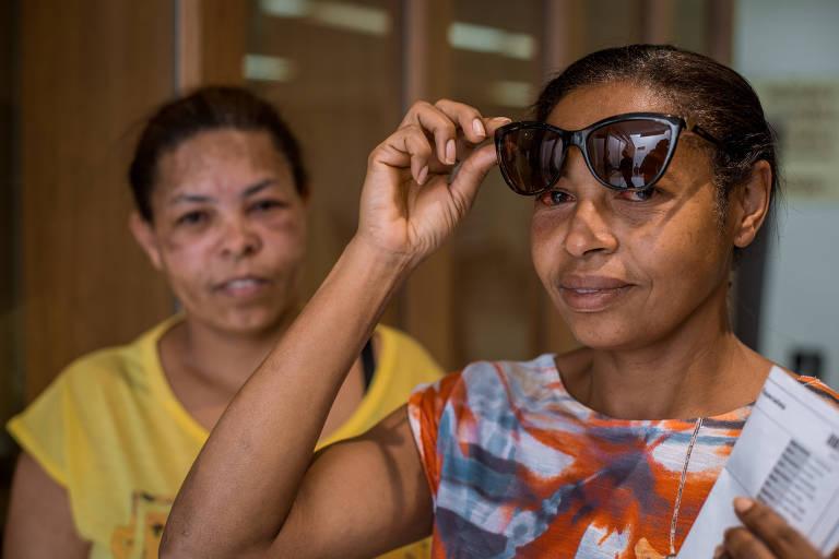 As irmãs Jaciene Romana (de óculos), 47, e Sueli, 42, no hospital após diagnóstico; mais uma irmã delas tem a doença