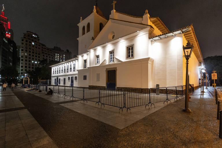 Grades removíveis instaladas na frente do Pateo do Collegio, no centro de São Paulo