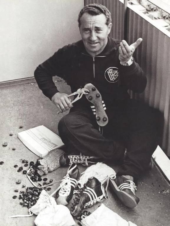 Adi Dassler trocando cravos das chuteiras Adidas