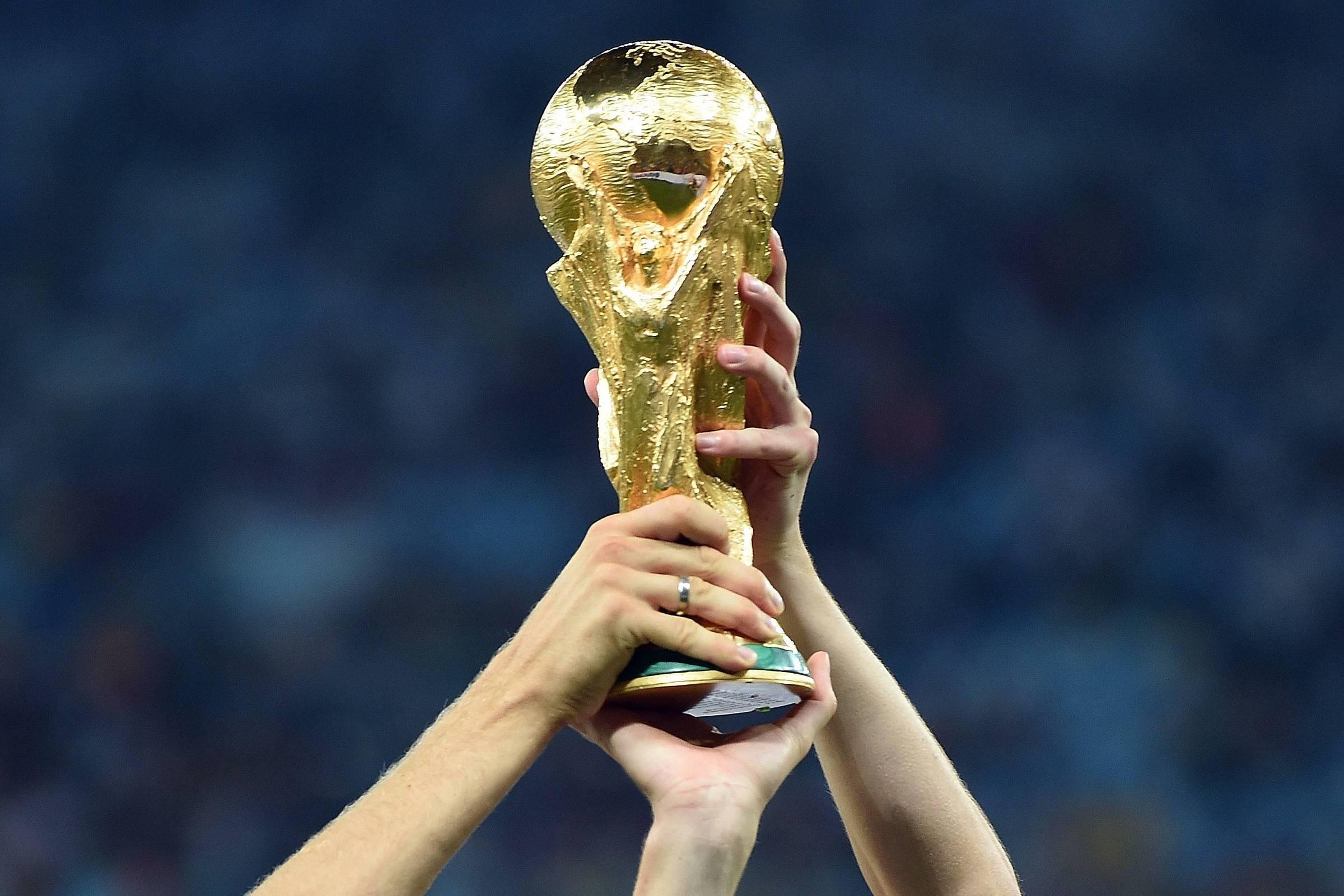 Alemanha ergue a taça da Copa do Mundo de 2014