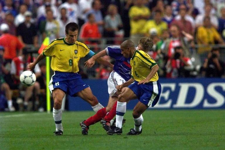 Dunga e Roberto Carlos (à dir.) disputam bola com Deschamps na final da Copa do Mundo de 1998