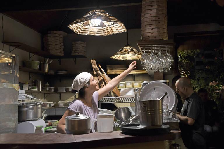 A proprietária Cecília Lotufo, 43, na cozinha da pizzaria Dona Rosa, em Pinheiros, na zona oeste de São Paulo
