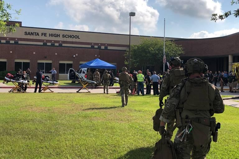 Policiais chegam à escola em Santa Fé invadida por atirador na manhã desta sexta (18)