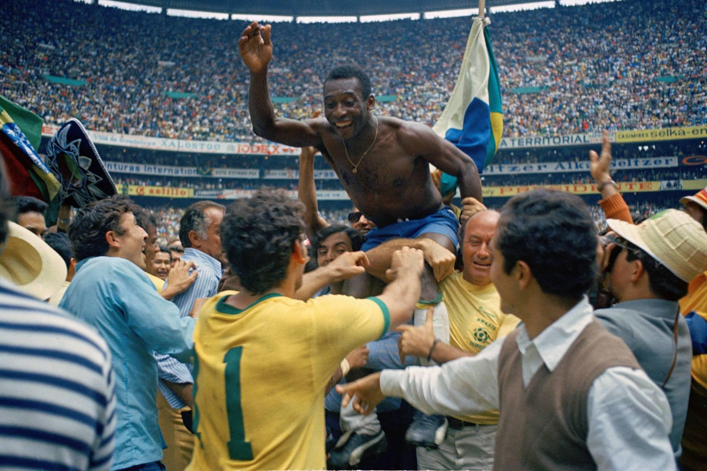 Pelé é carregado durante comemoração do titulo da Copa do Mundo de 1970