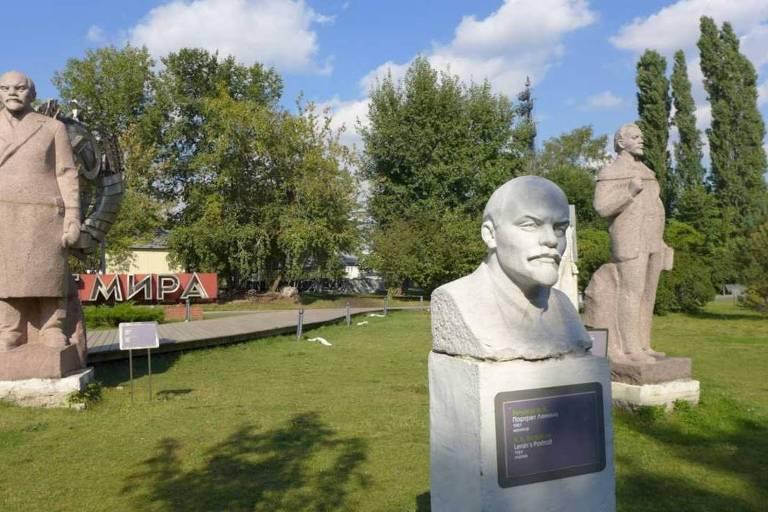 Parque Gorky em Moscou, com estátuas tombadas da era soviética, em Moscou