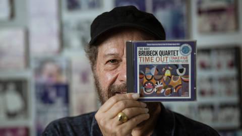 Rio de Janeiro, Rj, BRASIL. 18/04/2018; Retrato do musico Joao Bosco em sua casa com os discos