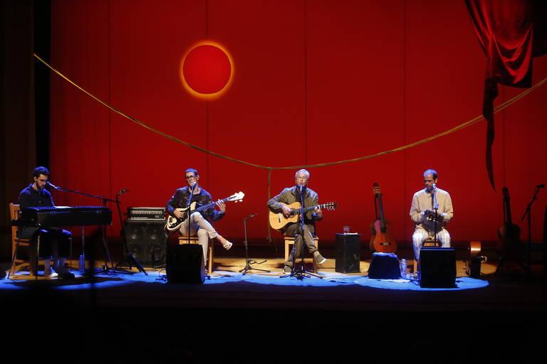 Caetano Veloso e os filhos Moreno, Zeca e Tom tocam em palco