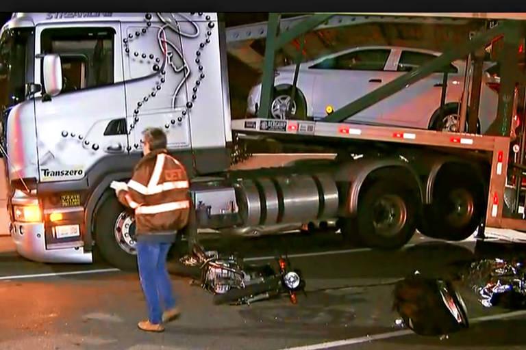 Caminhão e moto envolvidos em acidente na zona leste de SP