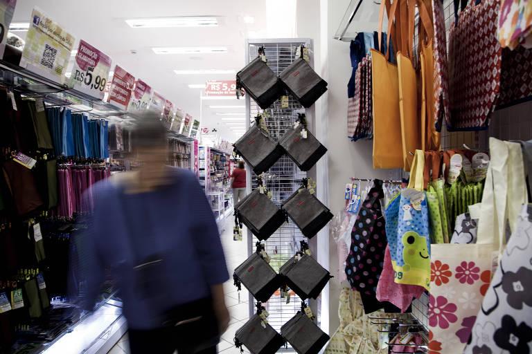 Comprador em loja da rede japonesa Daiso Japan, no centro de São Paulo