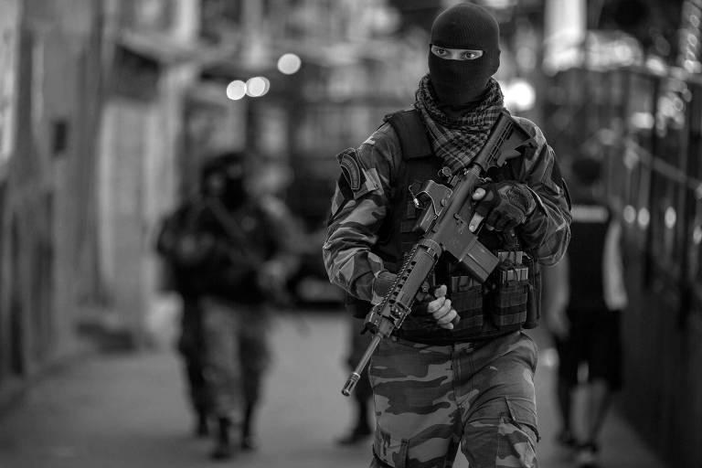 Policial durante operação na Rocinha, no Rio, em março deste ano