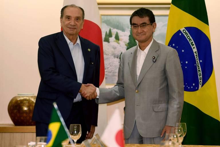 O chanceler brasileiro, Aloysio Nunes Ferreira, cumprimenta o ministro das Relações Exteriores do Japão, Taro Kono, em Tóquio, antes da viagem de Kono ao Brasil
