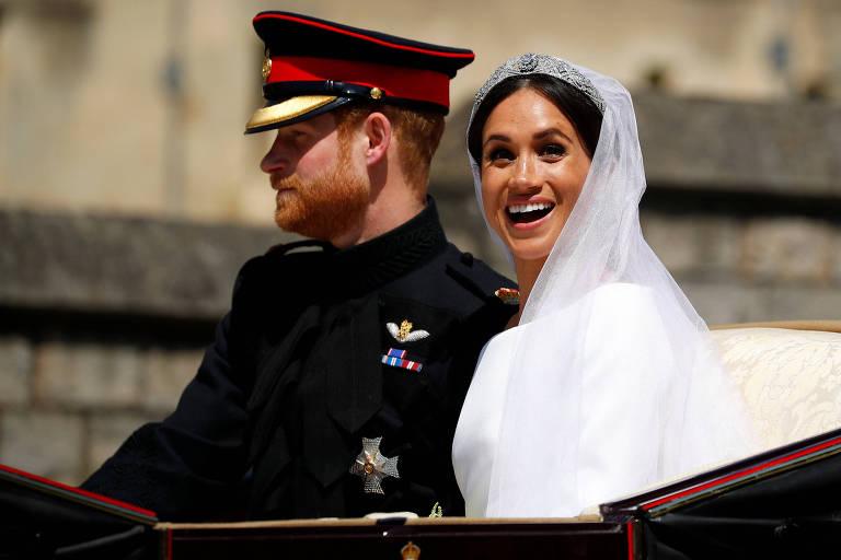O príncipe Harry e sua esposa Meghan Markle passeiam de carruagem após cerimônia de casamento
