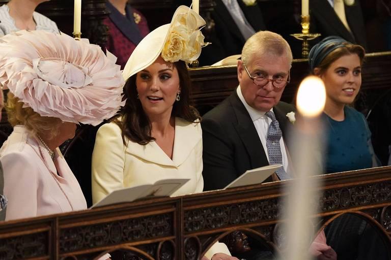 A duquesa de Cornwall Camilla, Kate Middleton e a Princesa Beatrice de York mostram seus adornos de cabeça