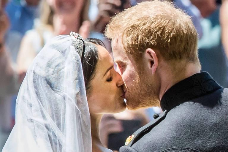 Meghan Markle e Príncipe Harry se beijam após casamento