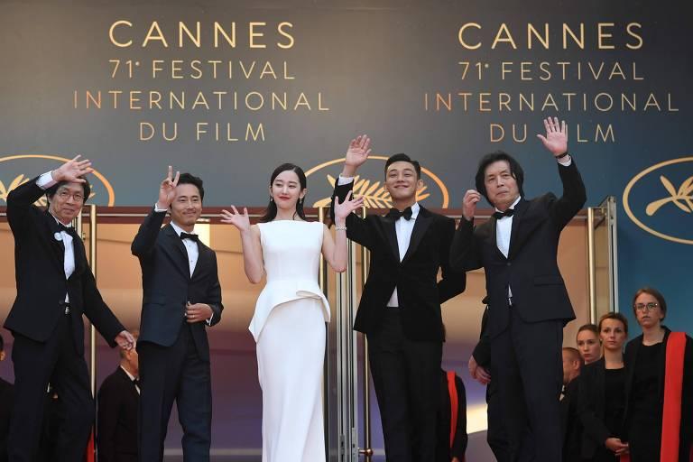 Produtor sul-coreano Lee Jong-Dong (primeiro à esquerda), e os atores Steven Yeun, Jun Jong Seo, Yoo Ah-in e o diretor Lee Chang-Dong acenam ao público em Cannes