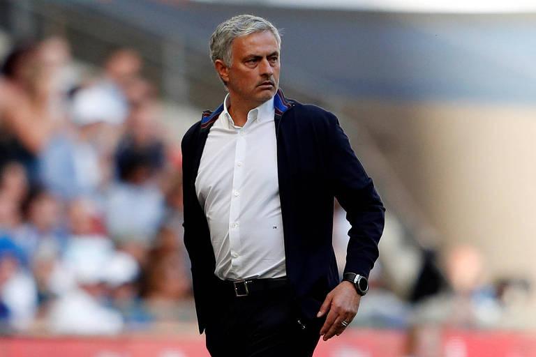 José Mourinho anda durante partida contra o  Chelsea