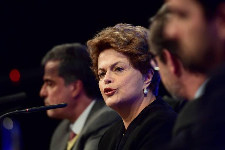 Retrato de Dilma Roussef, que fala ao microfone