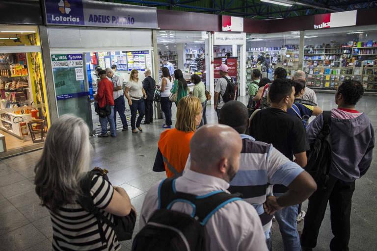 No terminal da Barra Funda, apostadores pegam fila para tentar a sorte na Mega-Sena