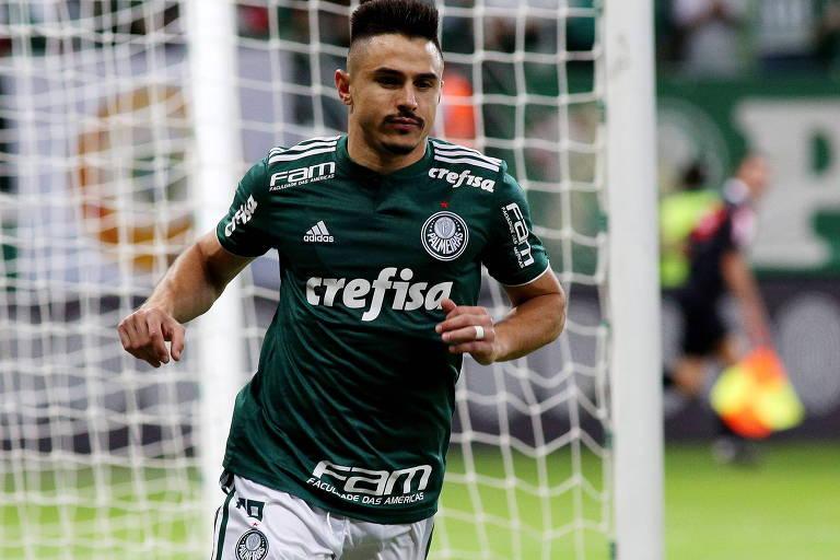 O atacante do Palmeiras Willian corre após marcar o primeiro gol do jogo, na vitória contra o Bahia por 3 a 0