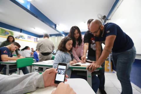 SAO PAULO, SP, 07/11/2017, BRASIL - CELULAR EM SALA DE AULA - 10:39:51 - Vamos na Escola Estadual Milton da Silva Rodrigues, na zona norte, mostrar o trabalho pedagogico com uso de celulares na sala de aula. Projeto piloto do governo estadual. (Rivaldo Gomes/Folhapress, ESPECIAL) - ***EXCLUSIVO AGORA*** EMBARGADA PARA VEICULOS ONLINE***UOL, FOLHAPRESS E FOLHA.COM CONSULTAR FOTOGRAFIA DO AGORA***FONES 32242169 E 32243342***