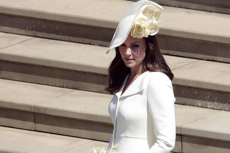 Kate Middleton posa com seu vestido Alexander McQueen no casamento do príncipe Harry e Meghan Markle