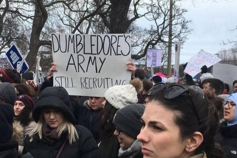 Alguns compararam os protestos antiarmas com a batalha entre o Exército de Dumbledore e os Comensais da Morte